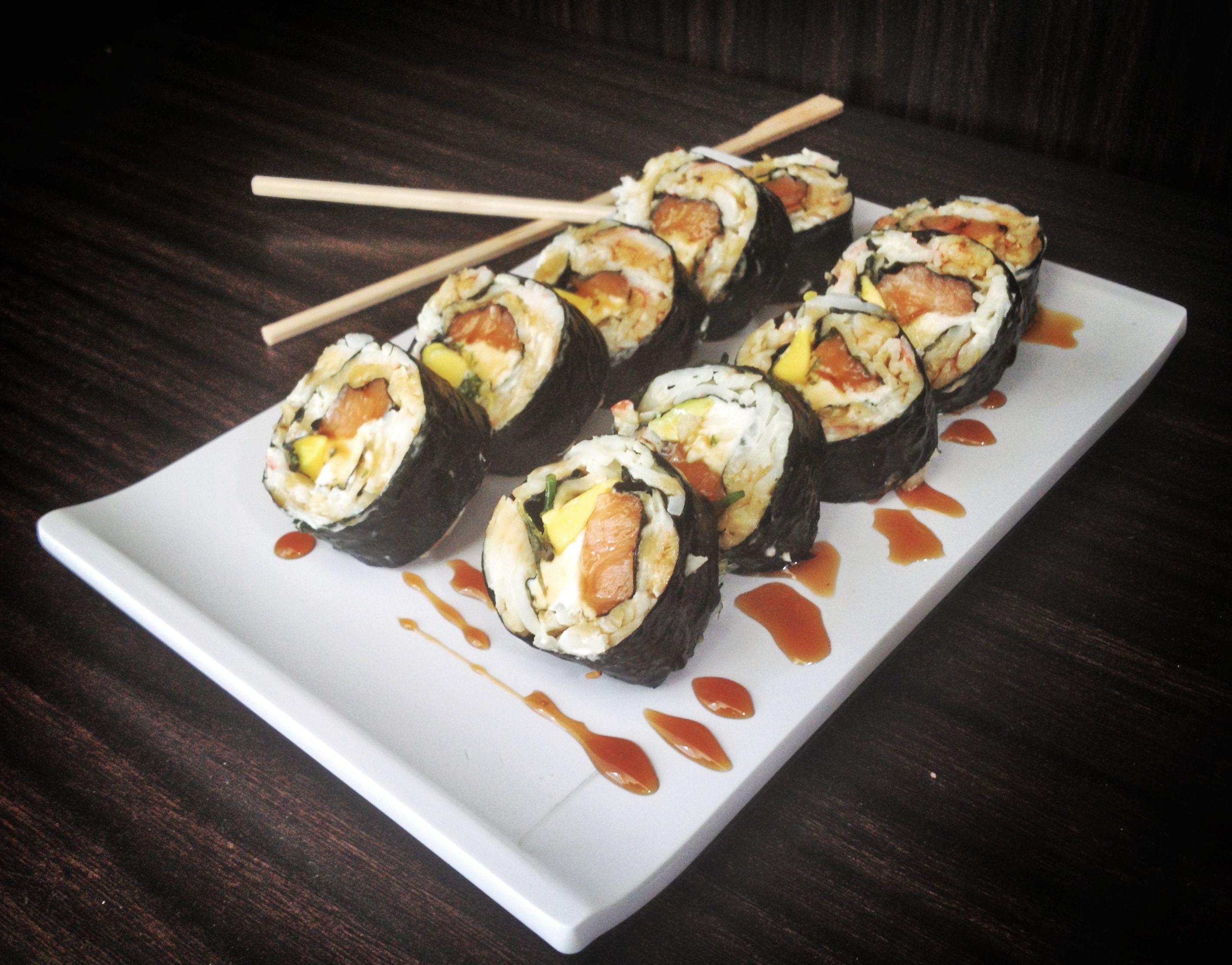 Kiofire Roll:  Pasta dinamita, salmón, cangrejo, queso crema, aguacate y wakame.