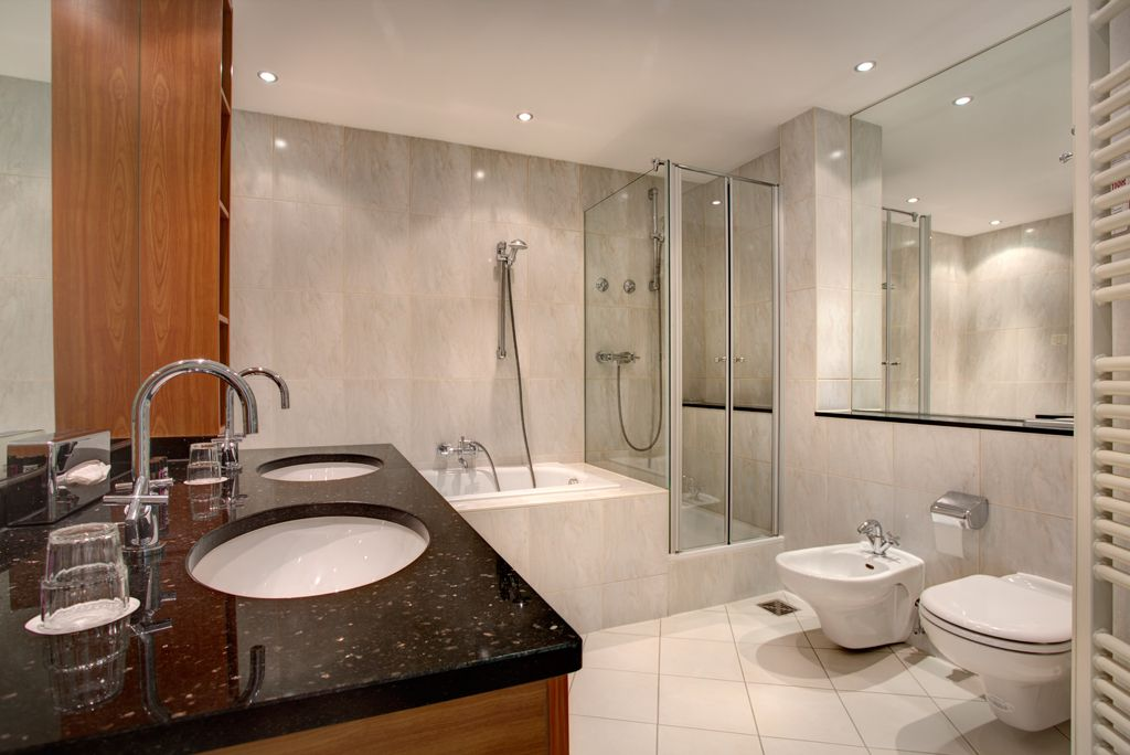 Corner Suite (Bathroom): You reside on a superior level during your Berlin stay. Meet your business and dialogue partner amidst a diversified, stylish and glamorous ambience. This particular corner position of the Corner Suite offers ample room and light as well as a splendid view at any time. The areas for concentrated work, relaxed living and sleeping safe and sound are close to each other but separate at the same time.