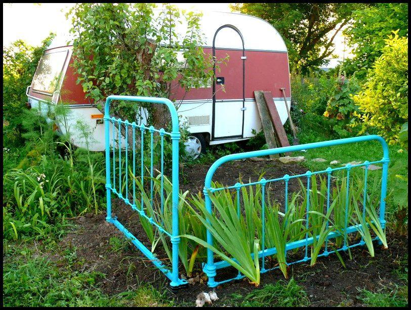 Tête et pied de lit en fer recyclés en barrière de jardin. | 21 ...