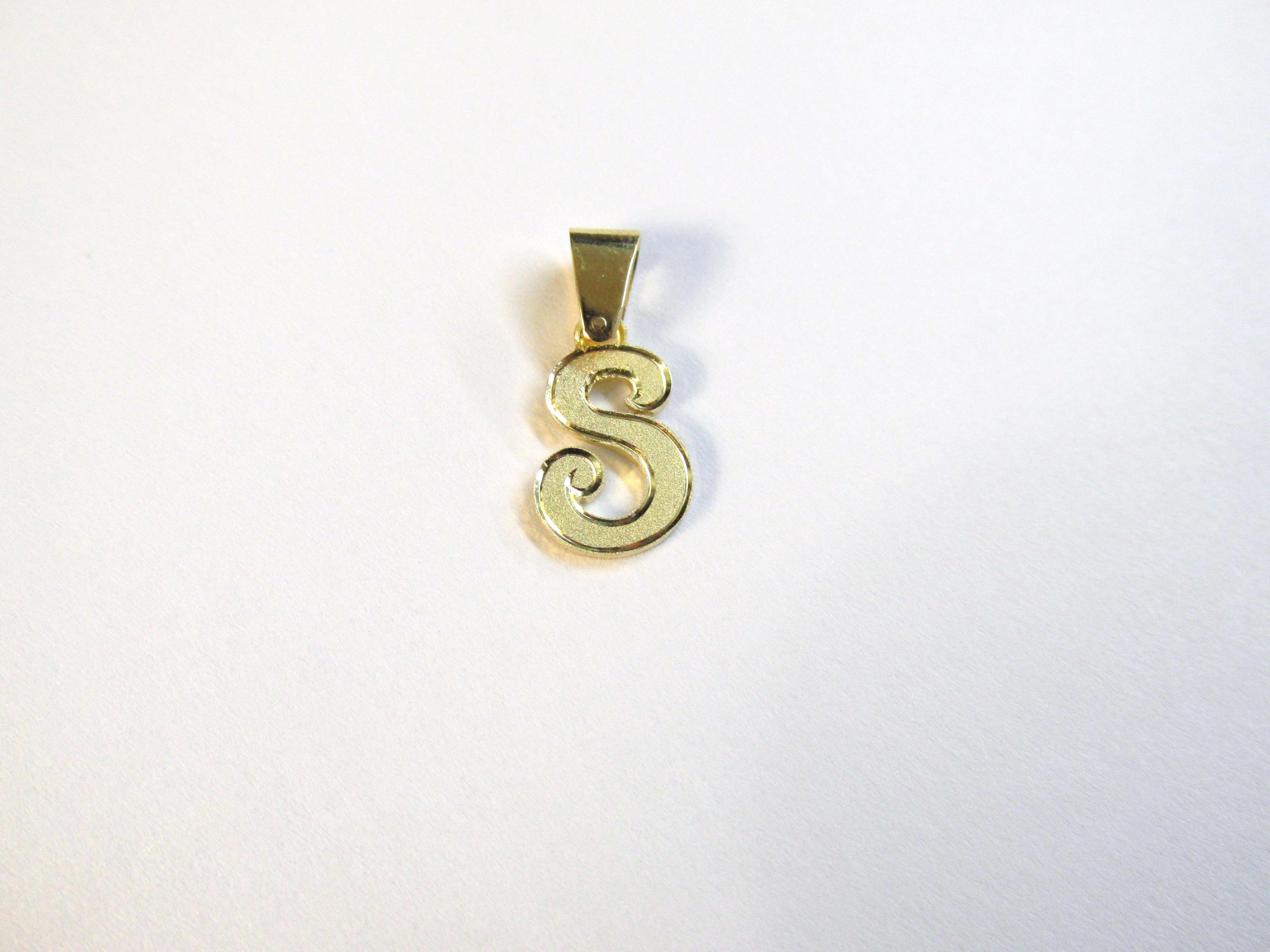 5bdafe8cce84 Hermoso y estilizado dije de letra S en oro amarillo de18k
