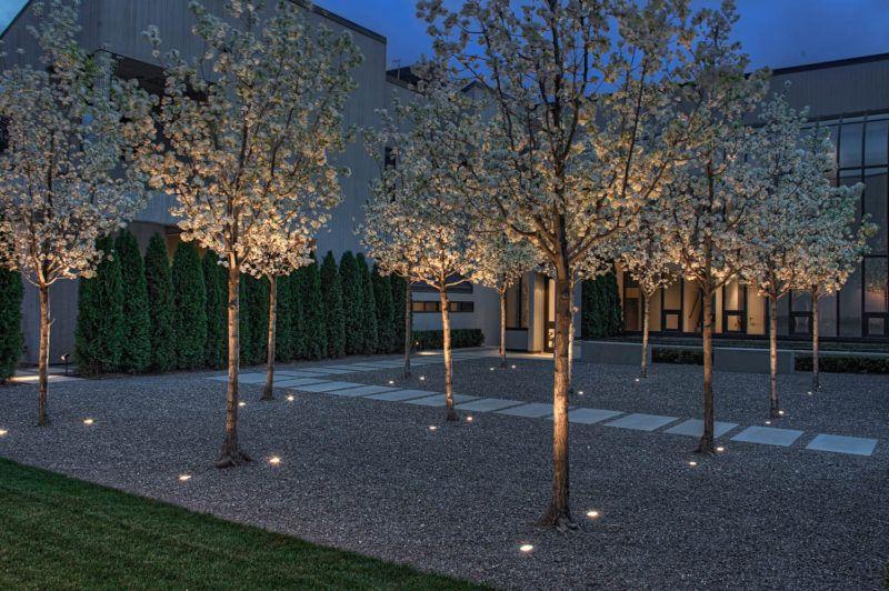 17 exemplos inspiradores Onde Exterior Uplighting tem sido usado para mostrar um Casa // Duas luzes colocadas em ambos os lados de cada…