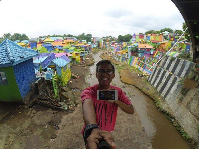 """repsot from @afrisikuniing  Inilah salah satu contoh peserta lomba foto yang sedang asik berwisata  di Kampung Warna Jodipan """"KWJ"""" Kota Malang, bareng COLORtorial.  Yuk, yang lain jangan ketinggalan. Foto dirimu dengan berbagai pesona Indonesia dan level terakhir game COLORtorial pulau tempat daerah wisata itu berada.  dan menangkan 1 HADIAH UTAMA OPPO F3 Plus Camera Selfie 20MP. 😀  #EMCOLUX #COLORtorial #catkayubesi #warna #ngecat #surabaya#jakarta #depok #tangerang #bogor #bekasi #bandung…"""