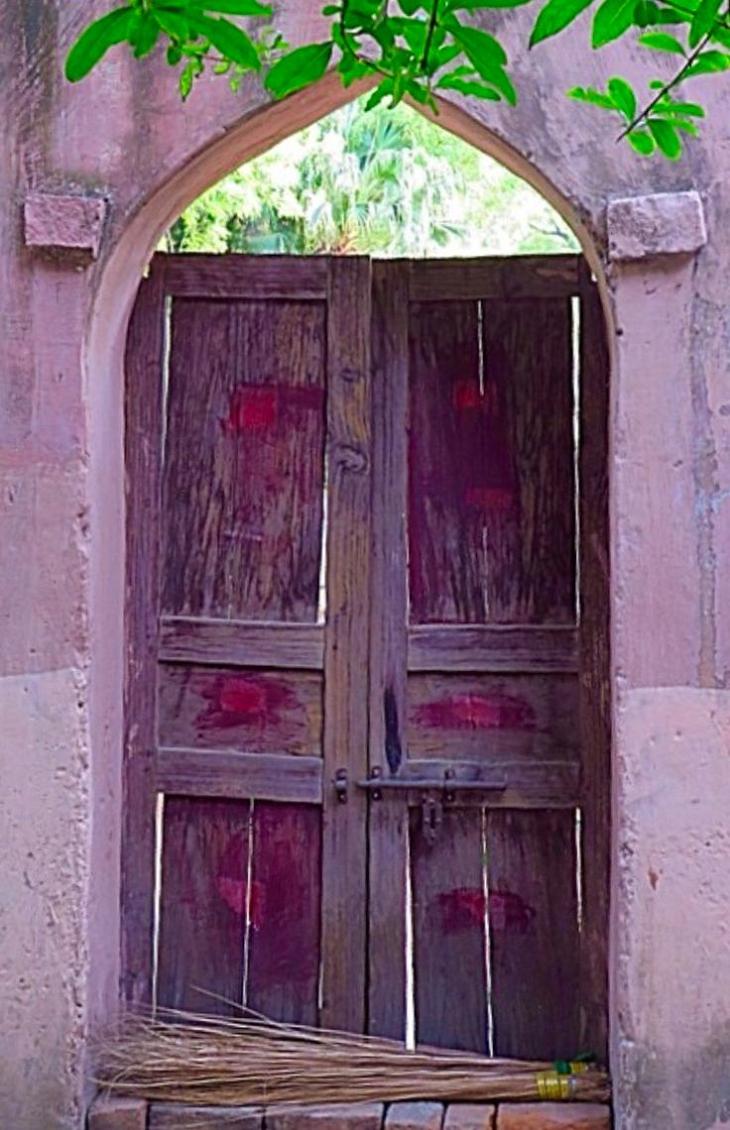 une porte indienne dans votre jardin pour la forme mais. Black Bedroom Furniture Sets. Home Design Ideas