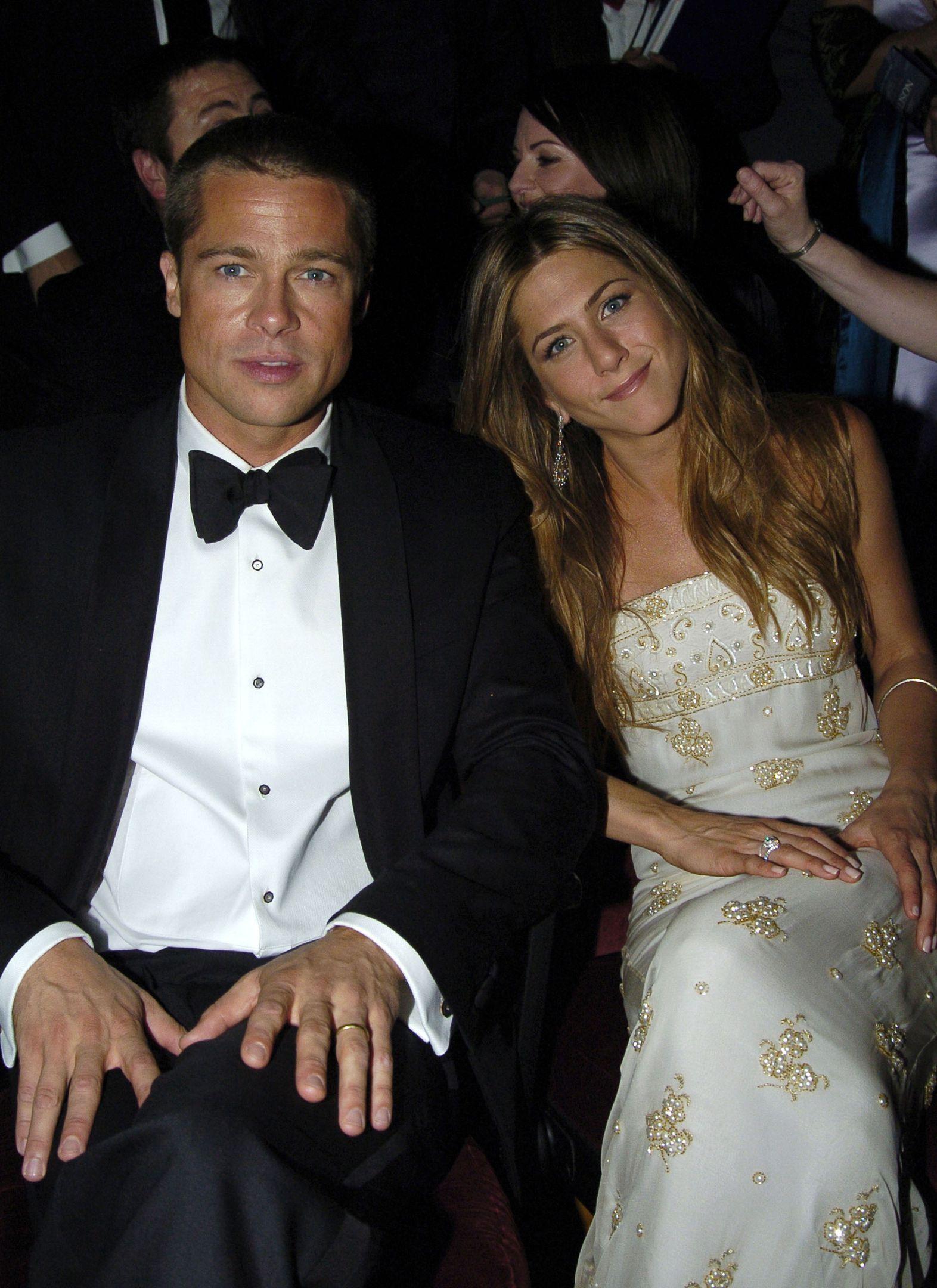 An In Depth Analysis Of Jennifer Aniston S Body Language With Justin Theroux Versus Brad Pitt Brad Pitt Jennifer Aniston Brad Pitt And Jennifer Brad And Jen