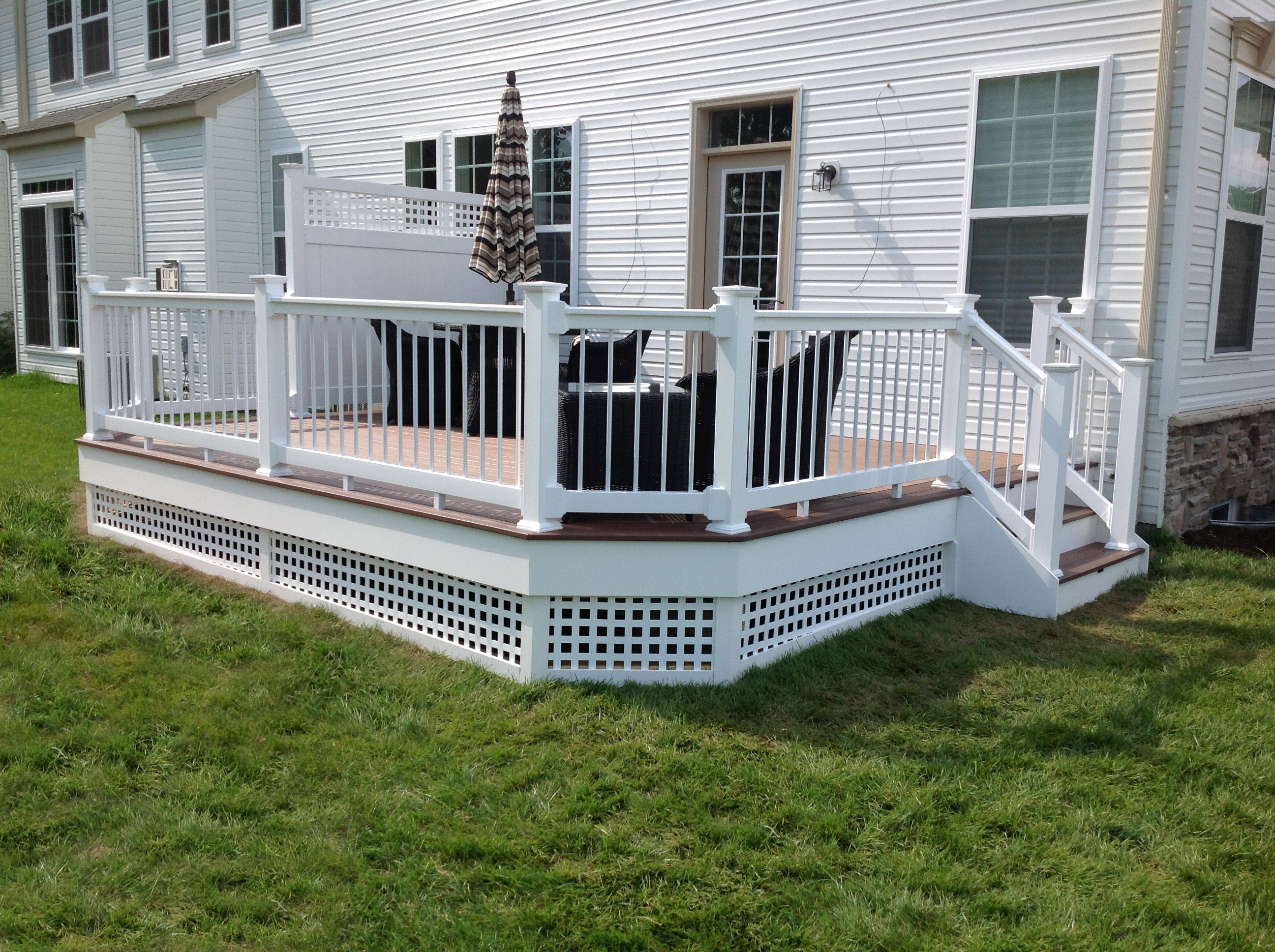 Vinyl deck with wolfbuilding amberwood flooring for Lattice for privacy on patio