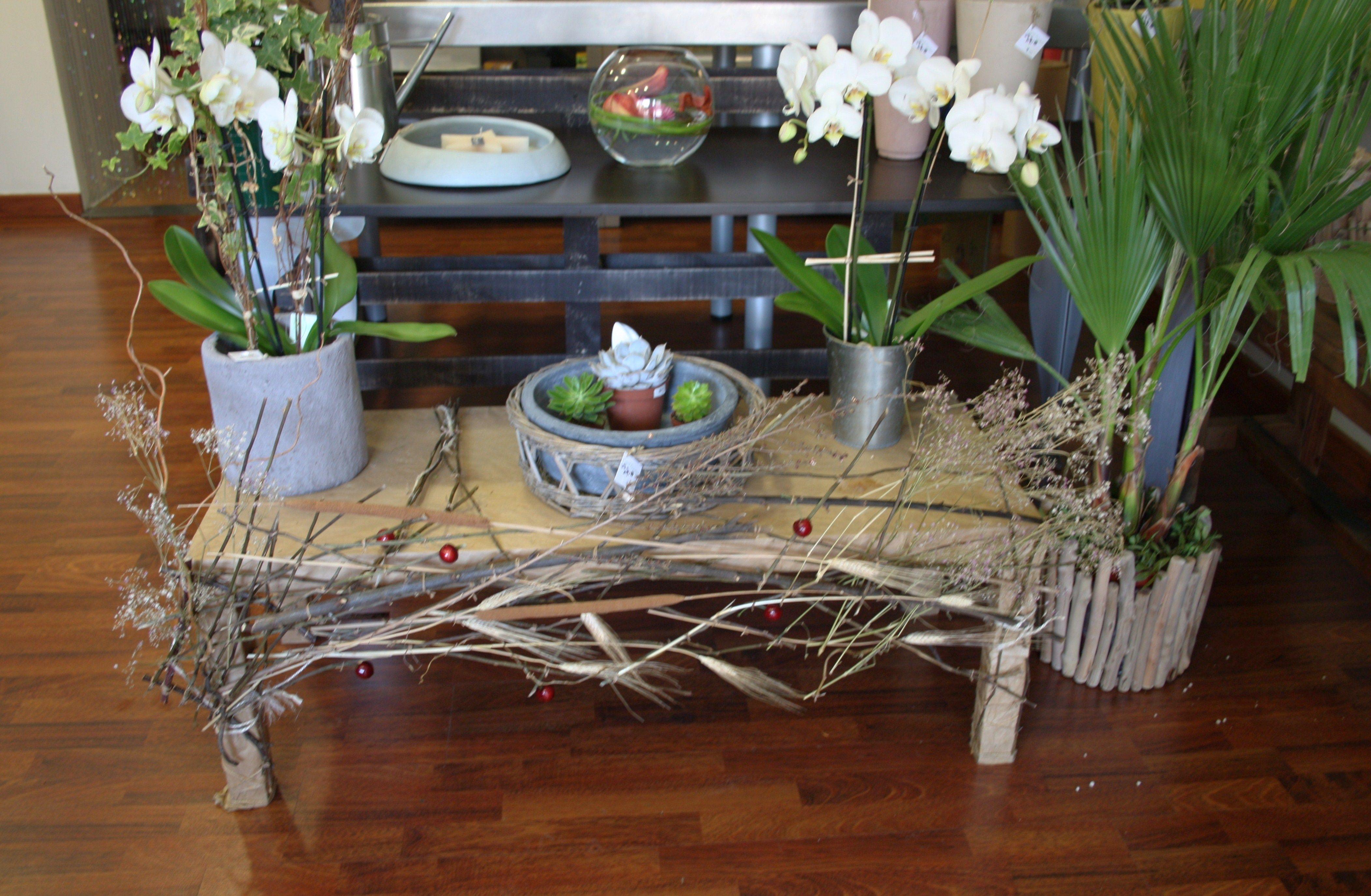 Mesa baja decorada para exponer