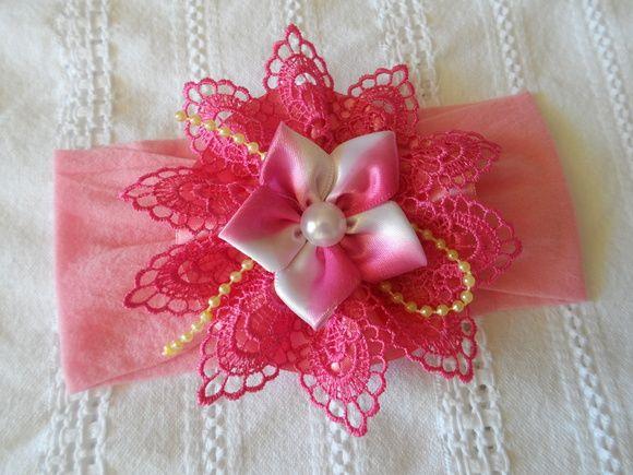 Faixa em meia de seda com detalhes em guipir e pérolas, flor de cetim. R$ 17,00
