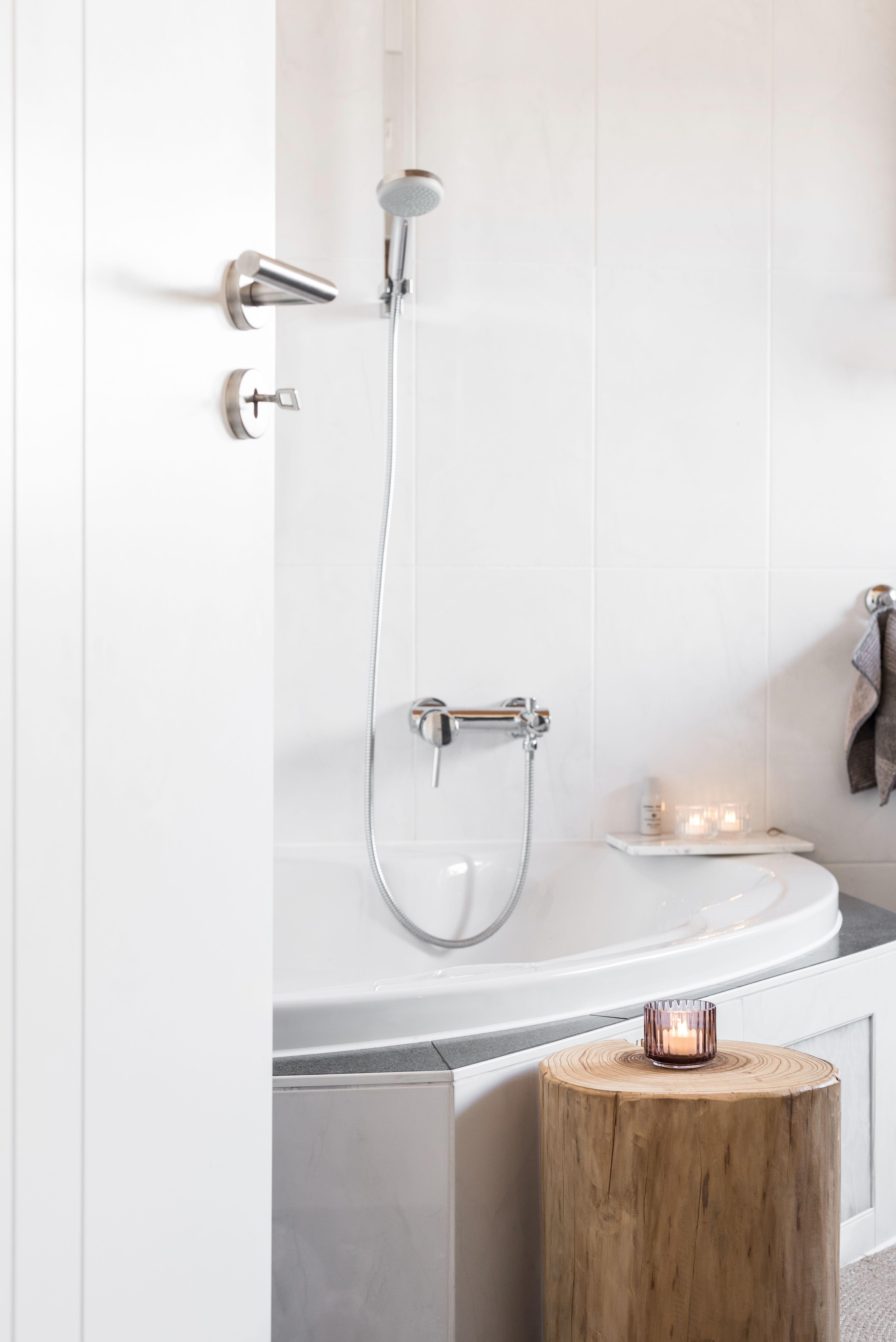 BADEZIMMER #bathroom #interior #whiteinterior #wood #lyngby #candlelight #interiordesign #bathroominspo #inspohome #homedecor #minimalsm #bath #nordicminimalsm #scandinavian #inspohome