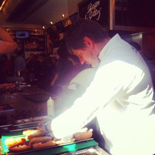 Eugeni de Diego prepara Spanish Hot Dogs by Albert Adrià en el espacio de JOSPER, enviado por @Gastroeconomy .com