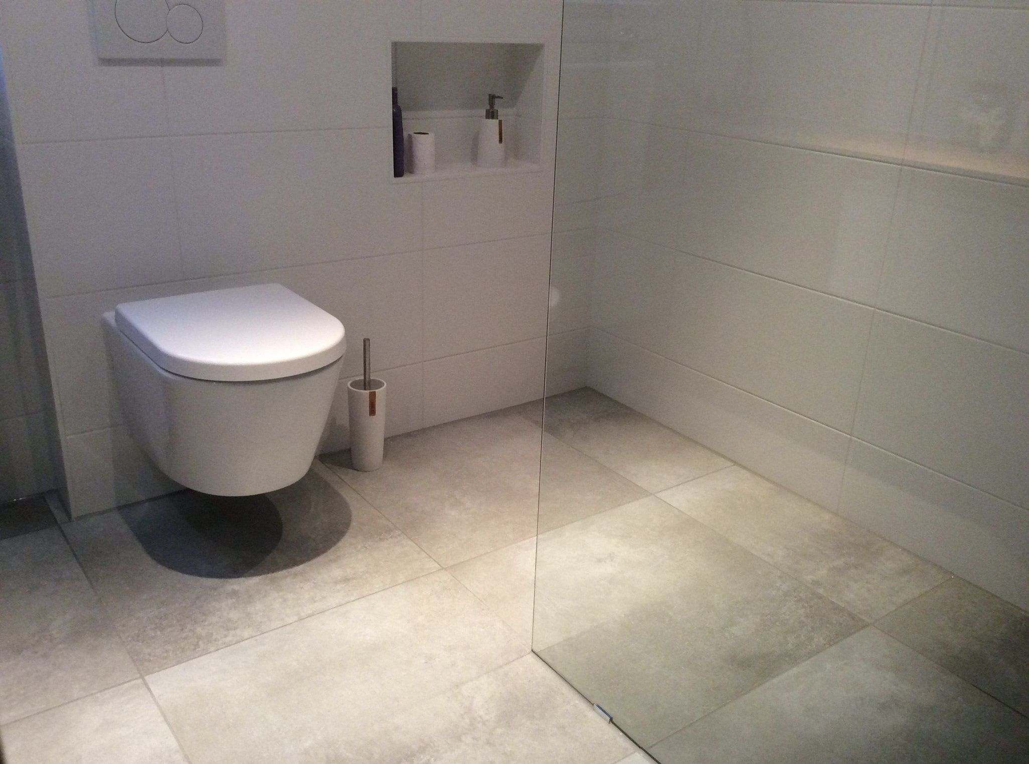 moderne badkamer met inloopdouche stoere beton tegels in