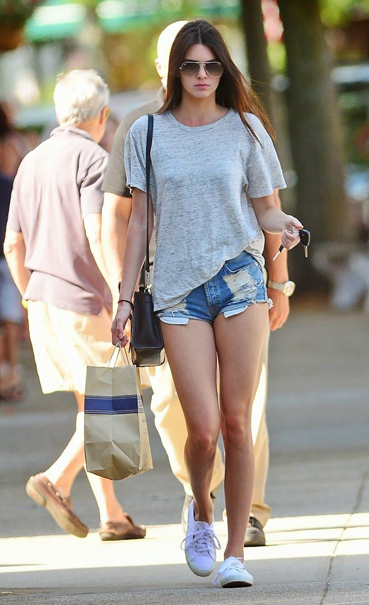 6cd2d1d23f428  Celebrity  Street  Style - Kendall Jenner Wear Casual Denim Shorts.  Enjoying a leisurely day of shopping in New York