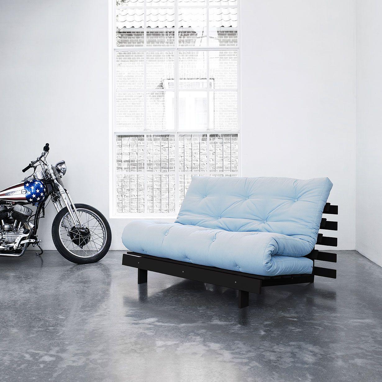Karup - Il divano letto Roots ha un design unico progettato per essere un divano adatto a qualsiasi ambiente che in poche mosse si trasforma in comodo letto matrimoniale. I futon sono normalmente imbottiti con un mix di cotone, poliestere e lana, ma in molti viene aggiunto uno strato di schiuma per migliorarne la morbidezza. I materassi futon possono essere puliti con una spazzola dura. Il materasso misura 140x200 cm. Struttura in legno di pino FSC, rivestimento in 70% Cotone-30% poliestere.