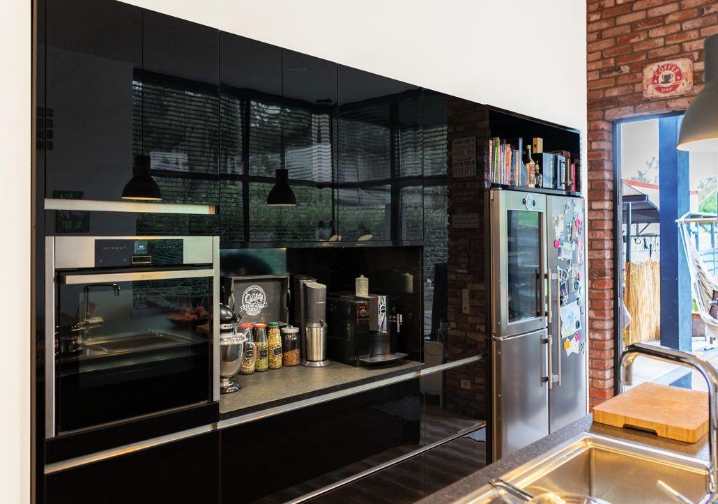 Eine traumhaft ins offene Wohnkonzept integrierte Küche mit