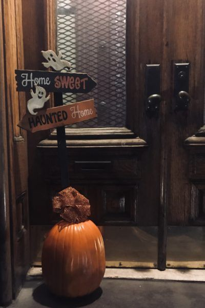 An Easy Outdoor Halloween Sign With Pumpkin Base #howtomakeabowwithribbon