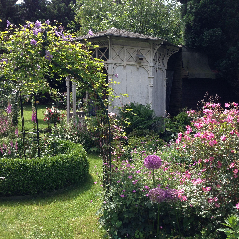 Historischer Gartenpavillon mit Buchsrondell. Garten