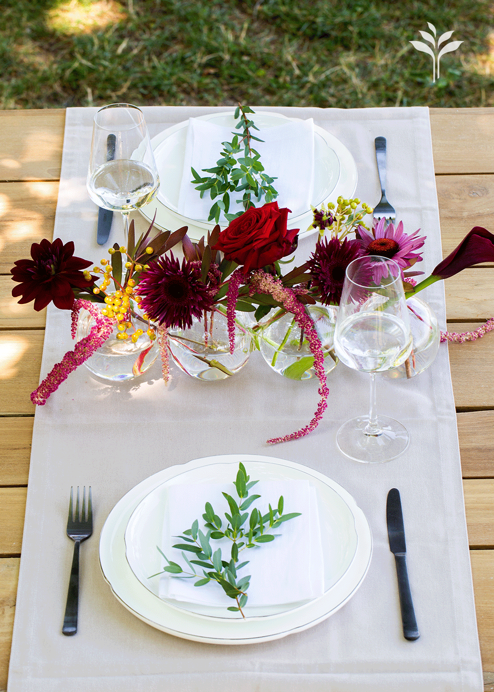 Dahlia centerpiece avec des roses, wax flower et plantes
