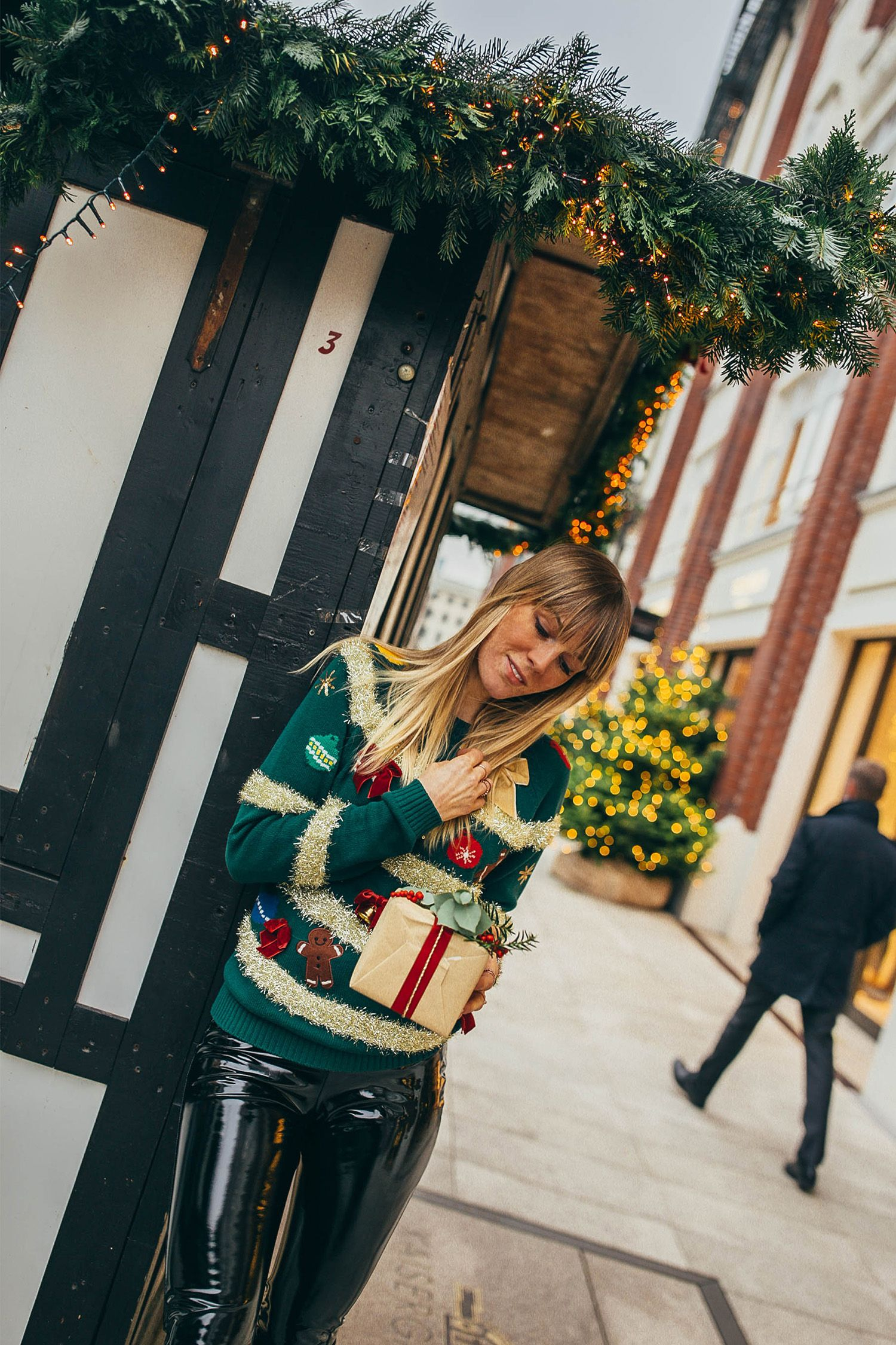 In love with cute, funny and cosy sweaters for christmas. #christmas #christmaslook #christmassweater #xmassweater #cosyknit #xmastime #winterfashion #fashion #blogger #bloggerin #fashionblogger #gift #xmasgift #christmasgift #outfitinspiration
