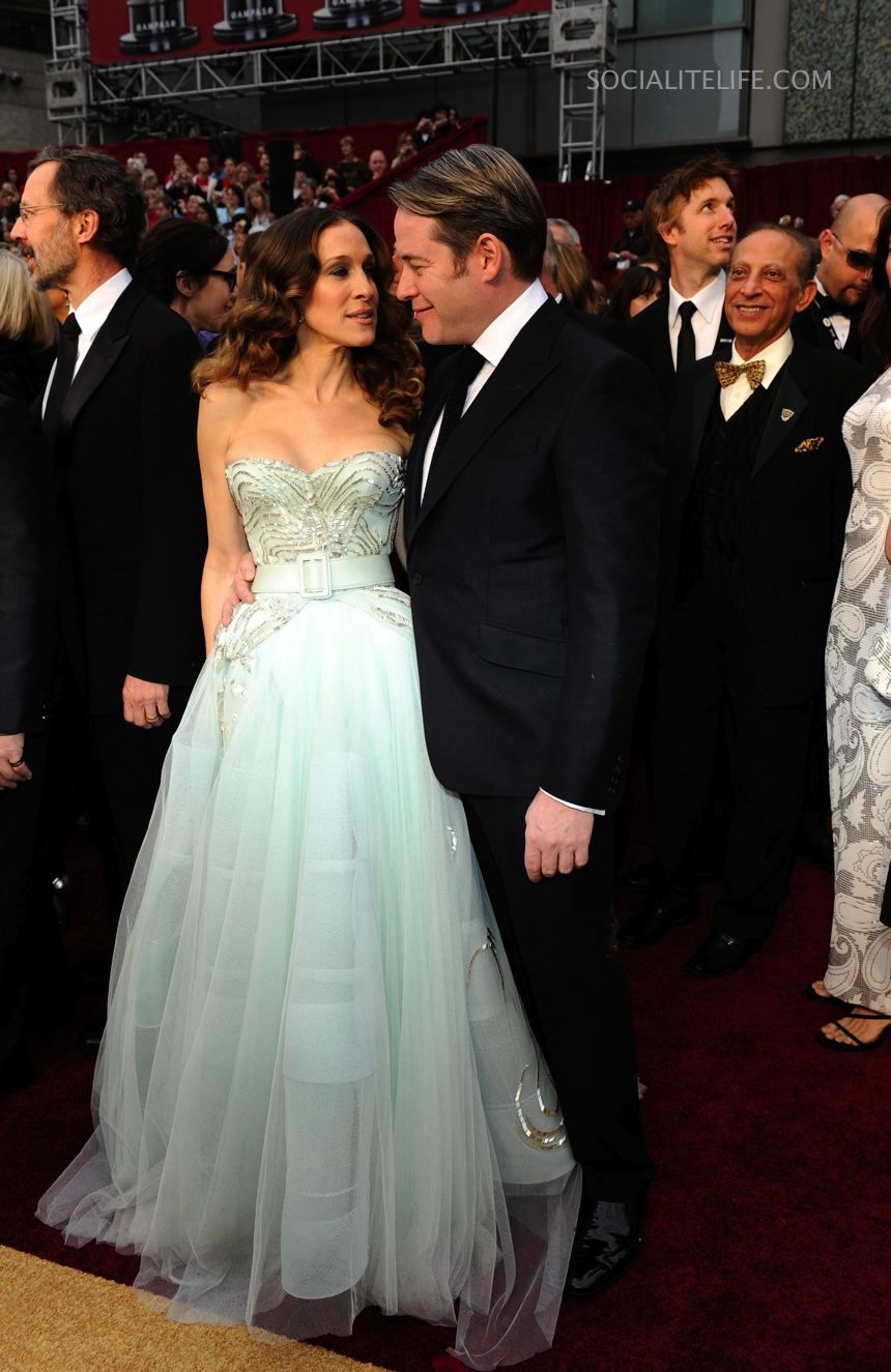 Sarah Jessica Parker & Matthew Broderick captivate the cameras with this ensemble.