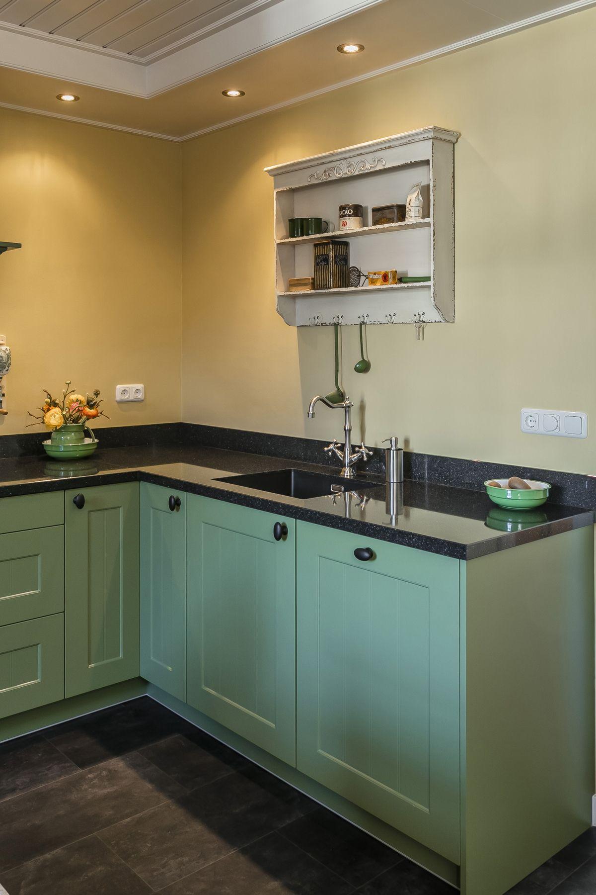 Groene Keuken In Landelijke Stijl Prachtig Gecombineerd Met Zwart Aanrechtblad En De Achterwand In Oudgeel Bekijk Mee Keuken Landelijke Keuken Groene Keuken