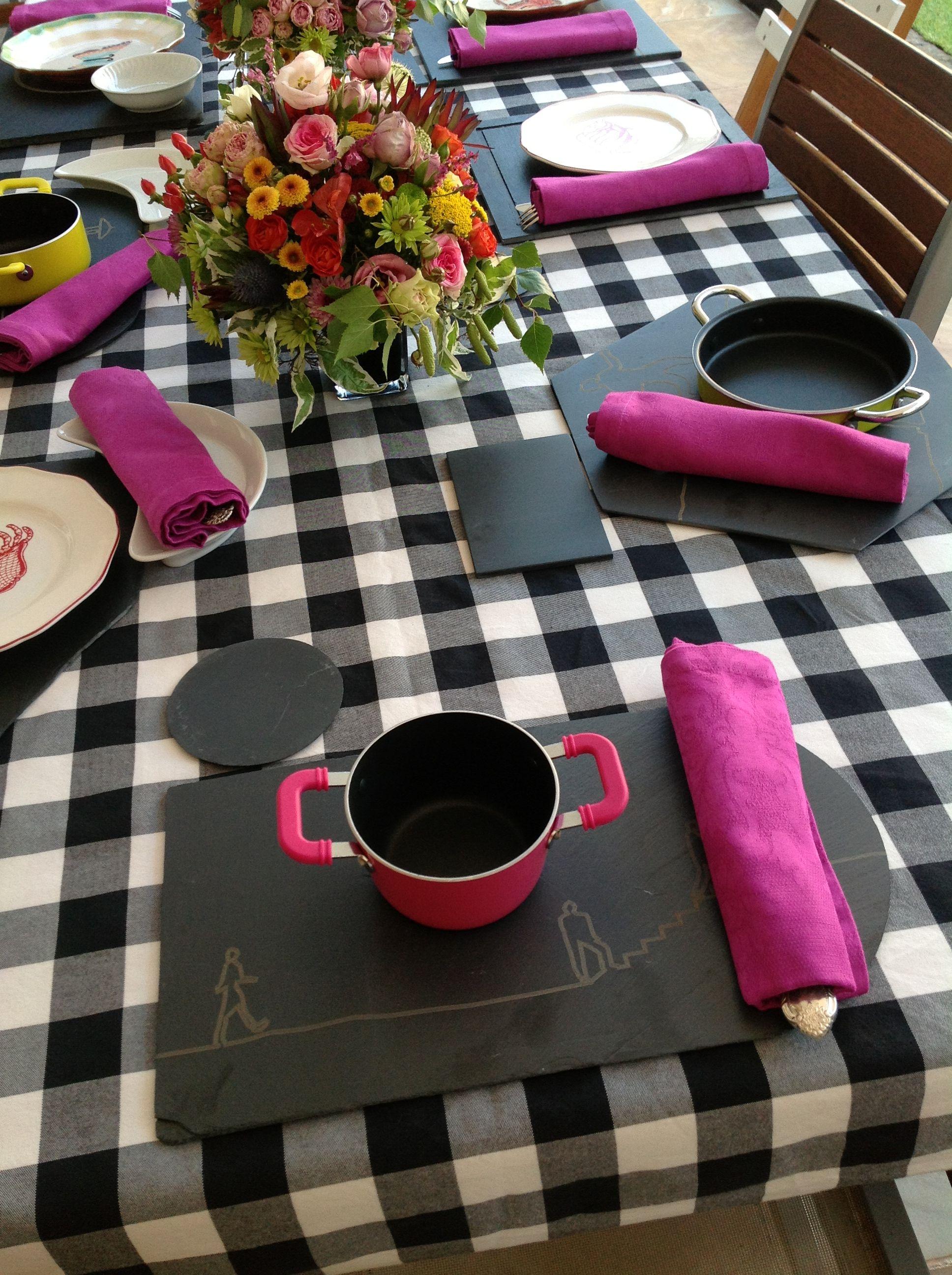 Mesa compuesta por #platos de #pizarra grabada en #laser con monigotes y los…