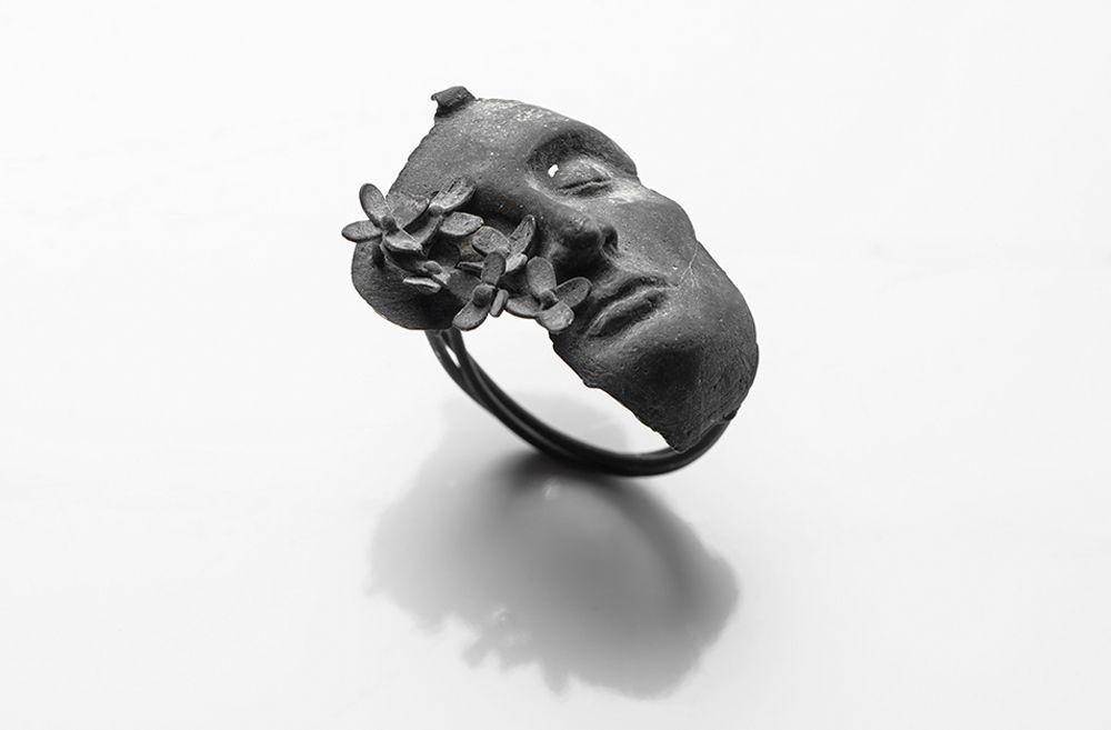 Rara Avis // Burcu Büyükünal Ring: Let It…, 2016 400 karat silver 2 x 3 x 3 cm Photo by: Umut Töre