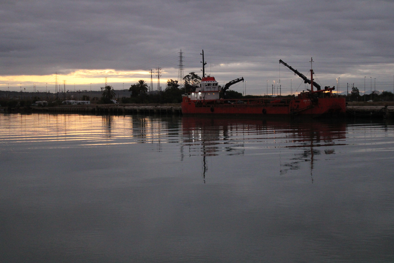 embarcaciones atracadas en el rio Guadalete en el muelle pesquero