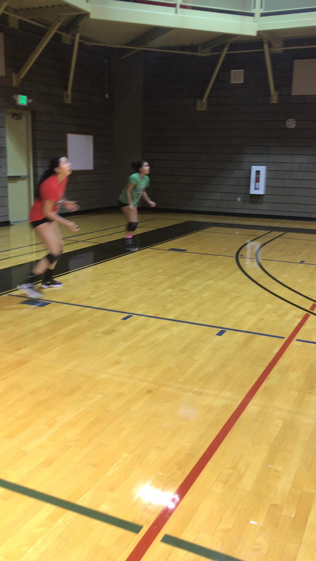 4 Volleyball Passing Drills How To Get Better At Passing In Volleyball Video Video Voleibol Treino De Voleibol Volei