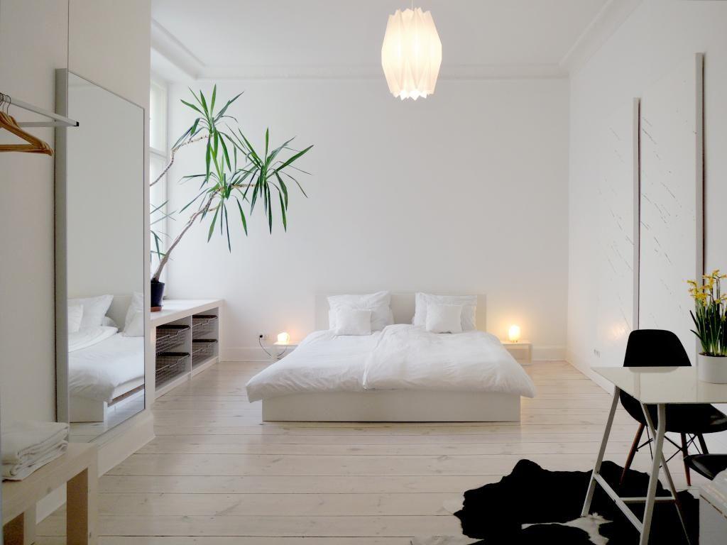 Minimalistisch und schlicht eingerichtetes Schlafzimmer in ...