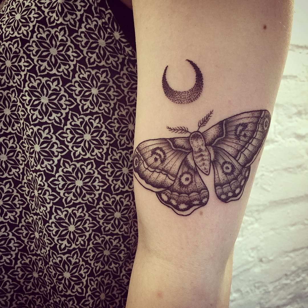 Moon And Moth Dot Work Motten Tattoo Insekten Tattoo Und Armeltatowierungen