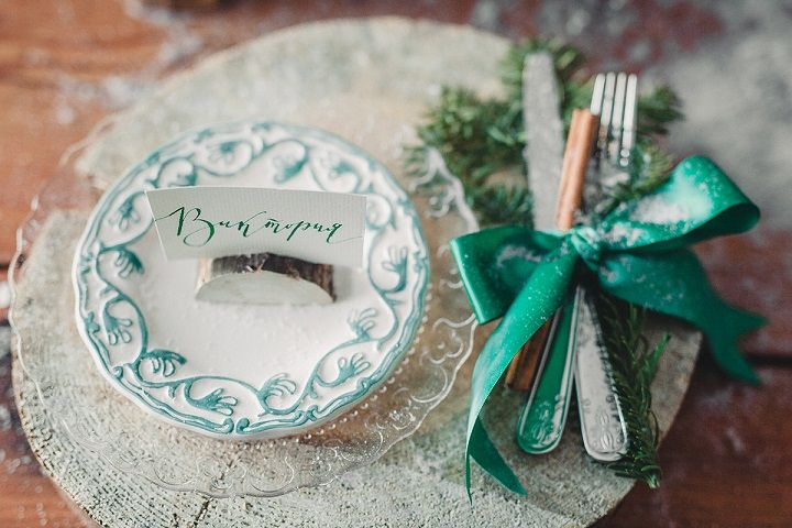 Rustic and cozy winter wedding styled shoot | winter wedding place setting | fabmood.com #winterwedding #weddingdecors #wedding #rusticwedding #rusticplacesetting