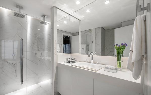 Banheiros com chuveiro de teto  dicas de decoração  Mármore carrara, Banhei -> Decoracao Banheiro Chuveiro