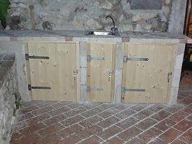Tre sportelli di legno tipo scudo montati sotto un piano - Piano cottura per esterno ...