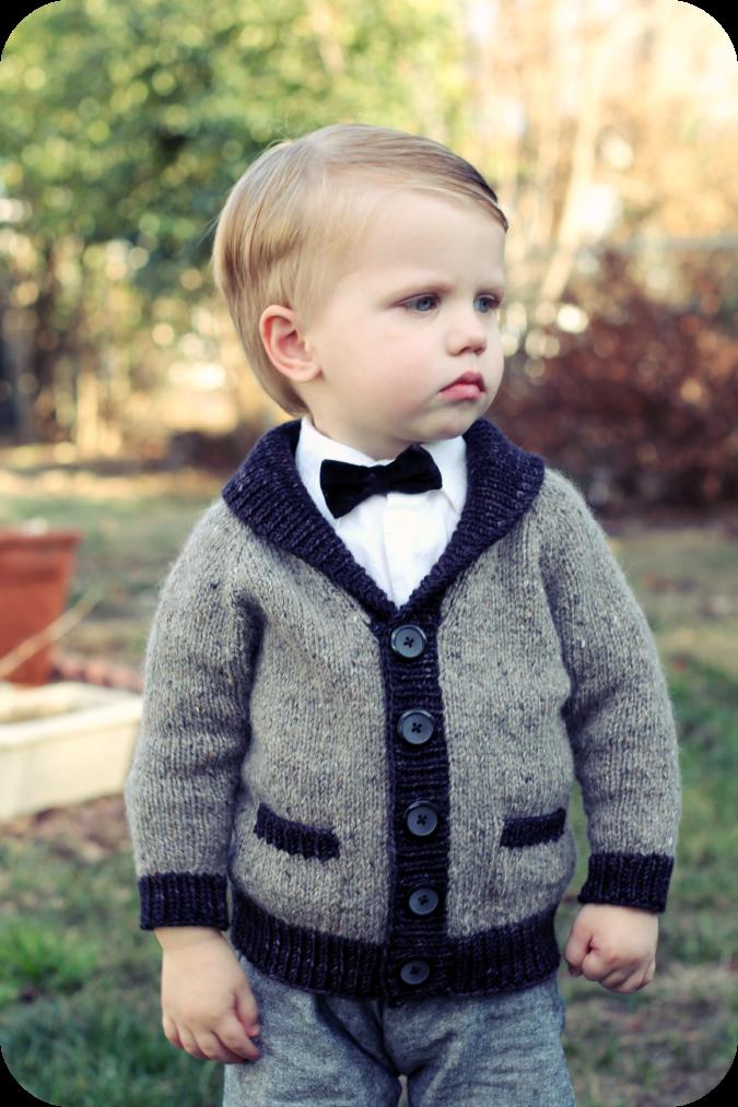 Bonita chaqueta en punto, con cuello esmoquin... Ideal a partir de 2 años...