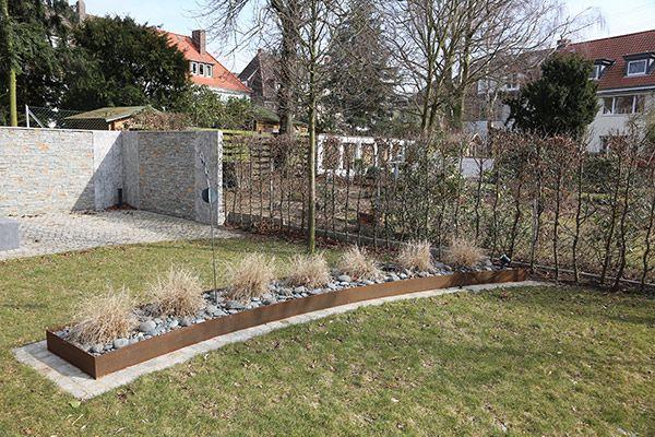 Corten Stahl Beeteinfassung für den Garten und die Terrrasse - moderner vorgarten mit kies