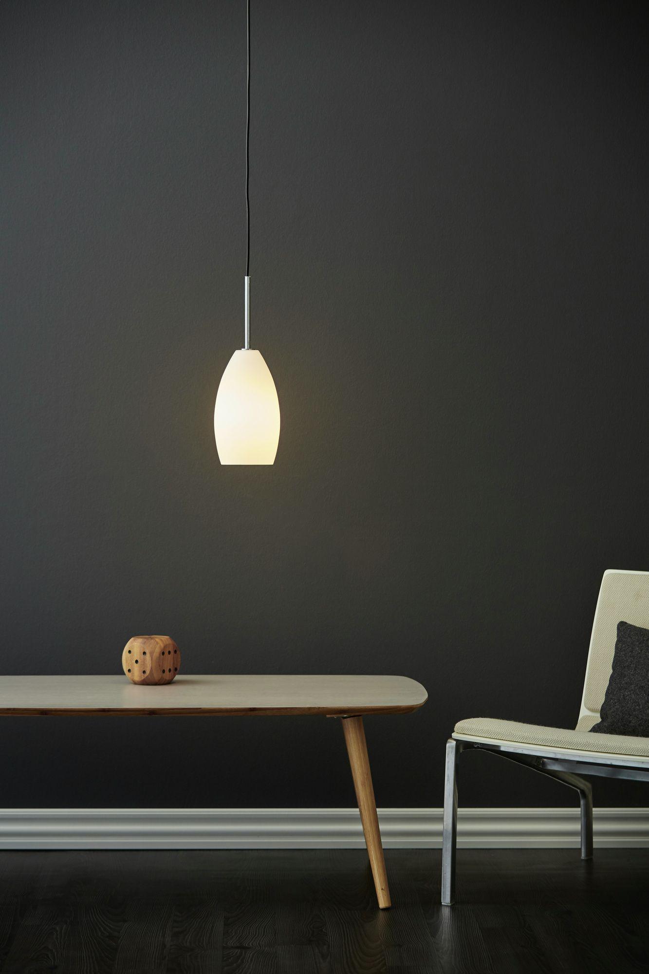 Erstklassig verarbeitete und elegante Pendelleuchte mit mattem Glasschirm, bezaubert mit einem schlanken Design // Preis 59,95€ // www.home-of-light.com