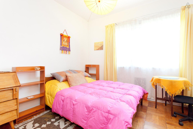 Confira esse anúncio incrível no Airbnb: Artsy Barrio Italia, Large Room em Santiago
