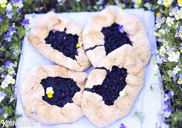Pienet mustikkapiirakat syntyvät superhelposti. Tarvitset raaka-aineiden lisäksi vain kulhon ja kätesi. Kurkkaa resepti!