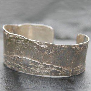 Bracelet écorce en argent massif par Anaïs Rheiner pour l'Atelier des bijoux créateurs.