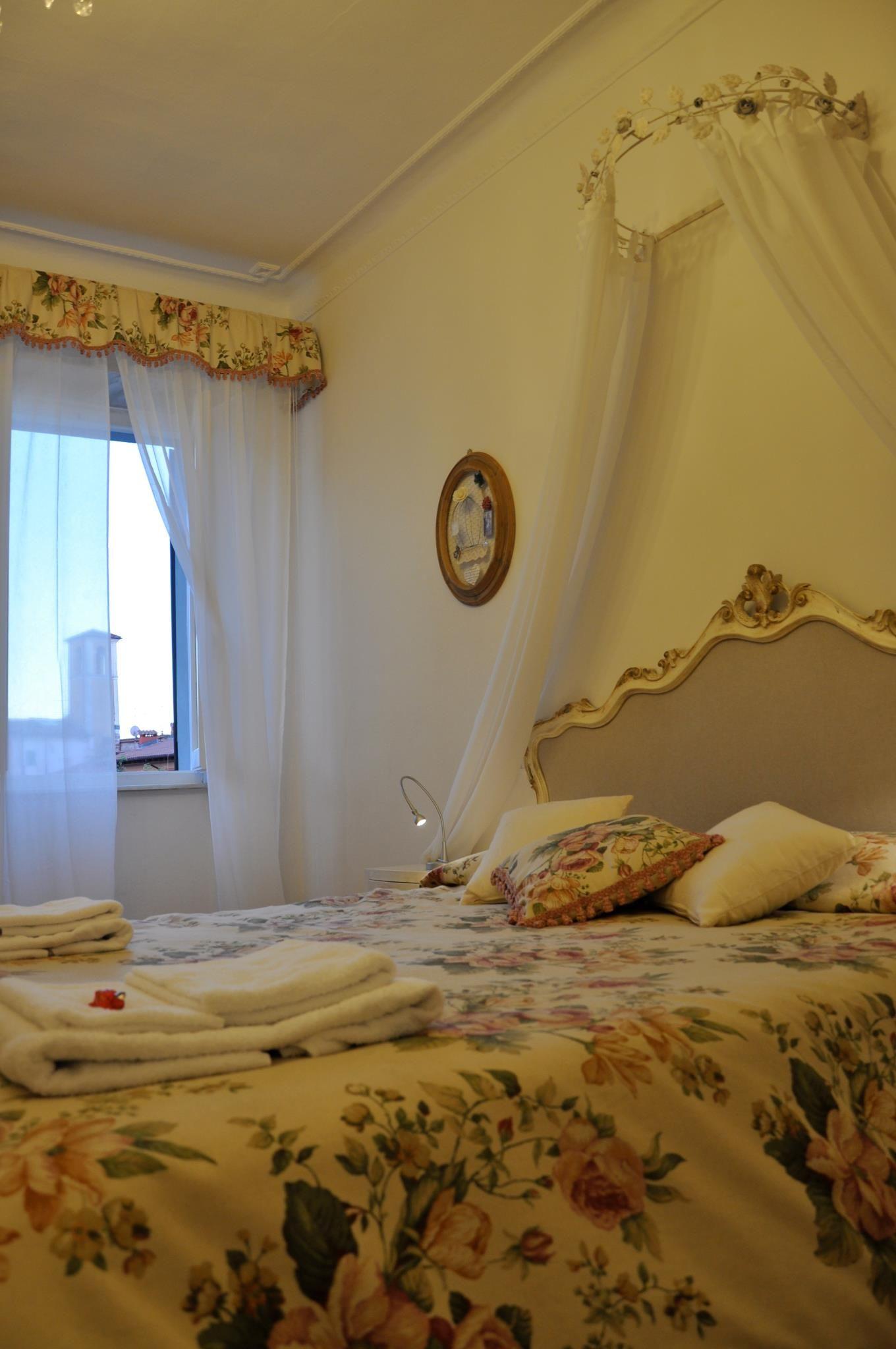 """Camera 1, """"La Signora"""".. con il nuovo Ciel de Lit <3 Bed and Breakfast Il Cuore, Massa, Toscana, Italia"""