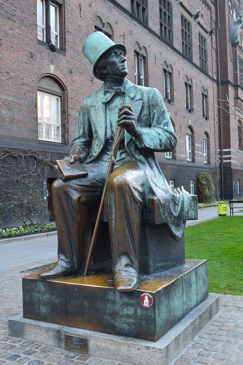 Här finns ju en hel del sagor efter HC Andersen. När jag besökta Köpenhamn strax innan jul, tog jag några bilder av statyn. Han sitter utanför rådhuset i Köpenhamn, självklart på H.C.Andersens Boulevard. Har du vägarna förbi, stanna gärna till och begrunda denna person, som gett oss så många härliga Läs mera →