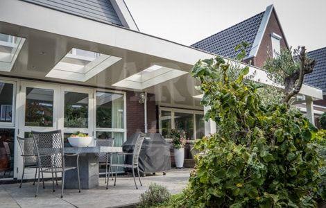 Houten moderne overkapping tegen de woning aan woonideeen in