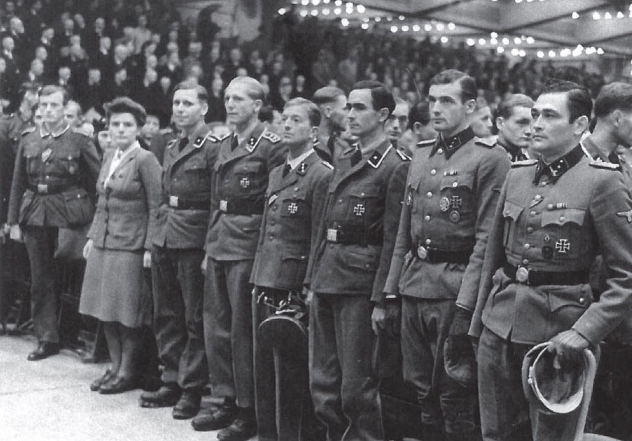 Some Of Skorzeny S Men Were Also Decorated For The Gran Sasso Raid In The Berliner Sportpalast From Right To Left O World War Prisoners Of War Female Marines