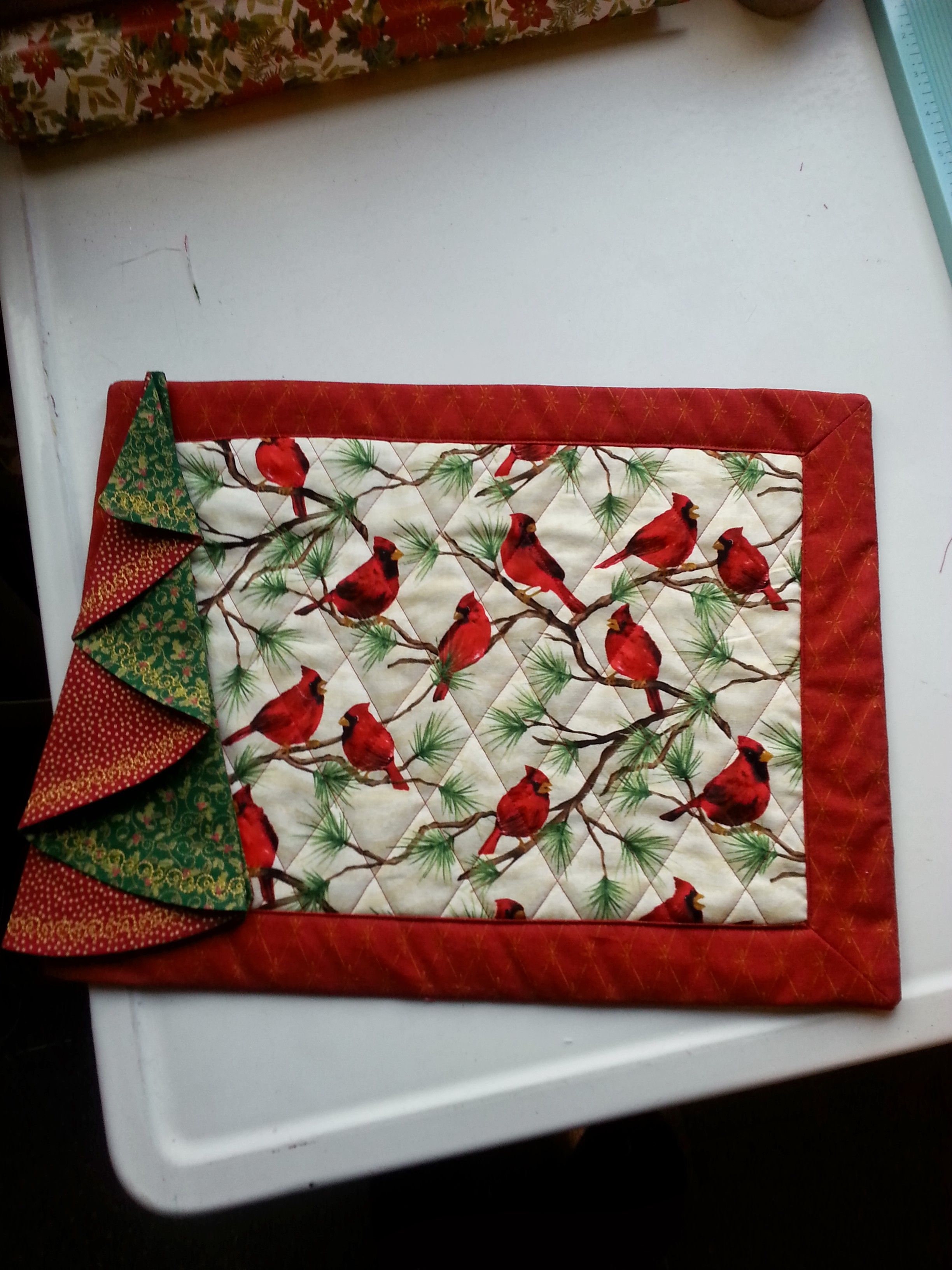 Made A Set Of Eight Of These Christmas Placemats And Napkins First New Ones I Ve Had In Decades Have Been Enjoy Christmas Placemats Sewing Projects Placemats