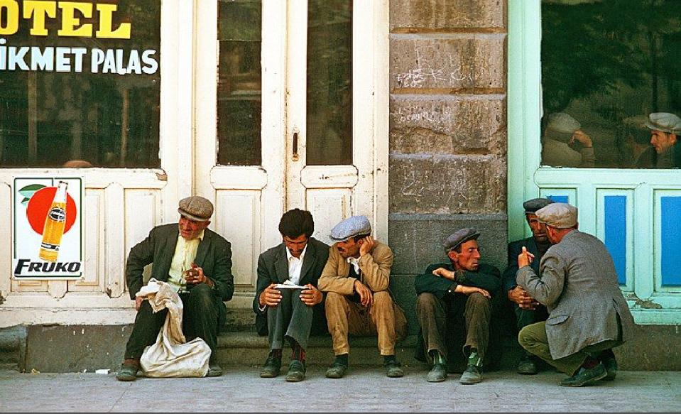 Karaköy 1974..Amele pazarında iş bekleyenler.. #istanlook