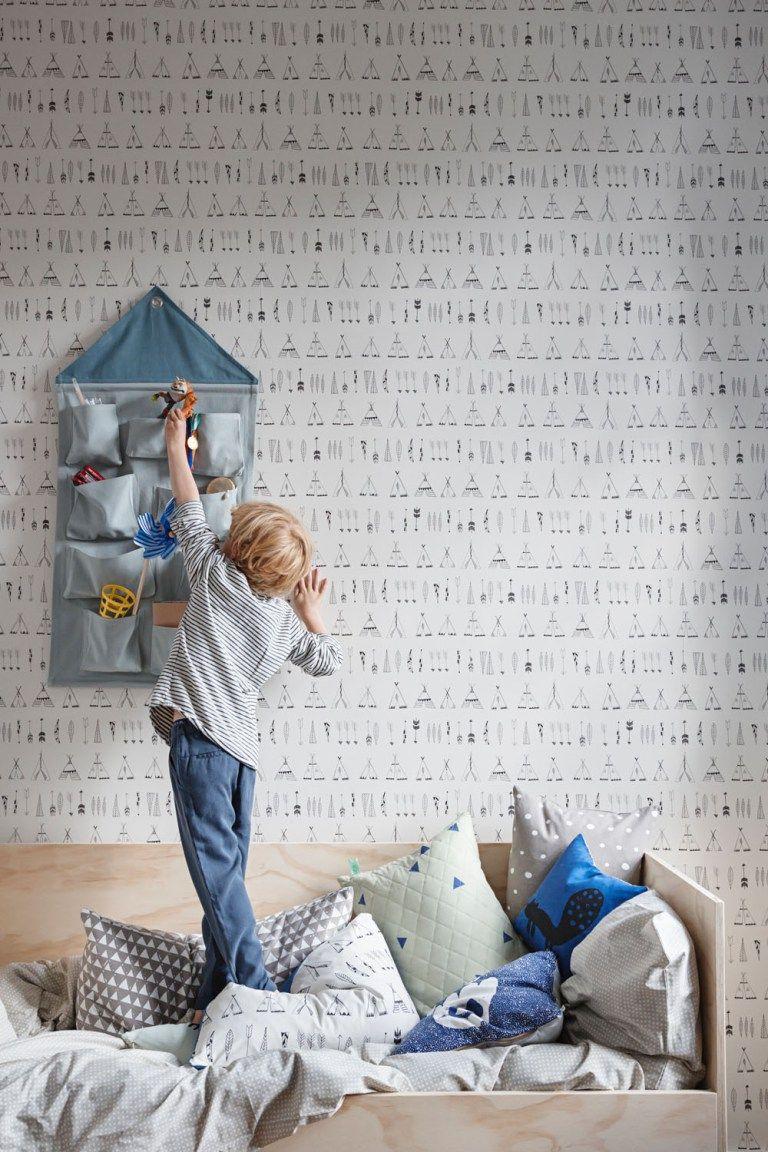 Obwohl unsere Kinderzimmerplanung längst abgeschlossen ist, die schönsten Plakate gerahmt an der Wand hängenundman zumindest am Anfang sowieso meist nicht mehr als hübsche Verstauungsmöglichkeiten braucht, juckt es auch mir immer wieder in den Fingern, das Nest noch schöner, wärmer und kindgerechter umzubauen. Ein schöner Himmel für das Mini-Haus aka das Bett fehlt schließlich noch, auch … Continue reading Interior // Neues von Ferm Living Kids