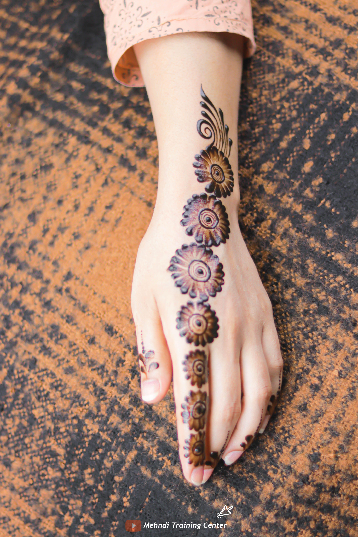 نقش الحناء الجميل البسيط أحدث تصميم نقش الحناء العربي للأيدي الخلفية 2020 Mehndi Designs Hand Henna Henna Hand Tattoo