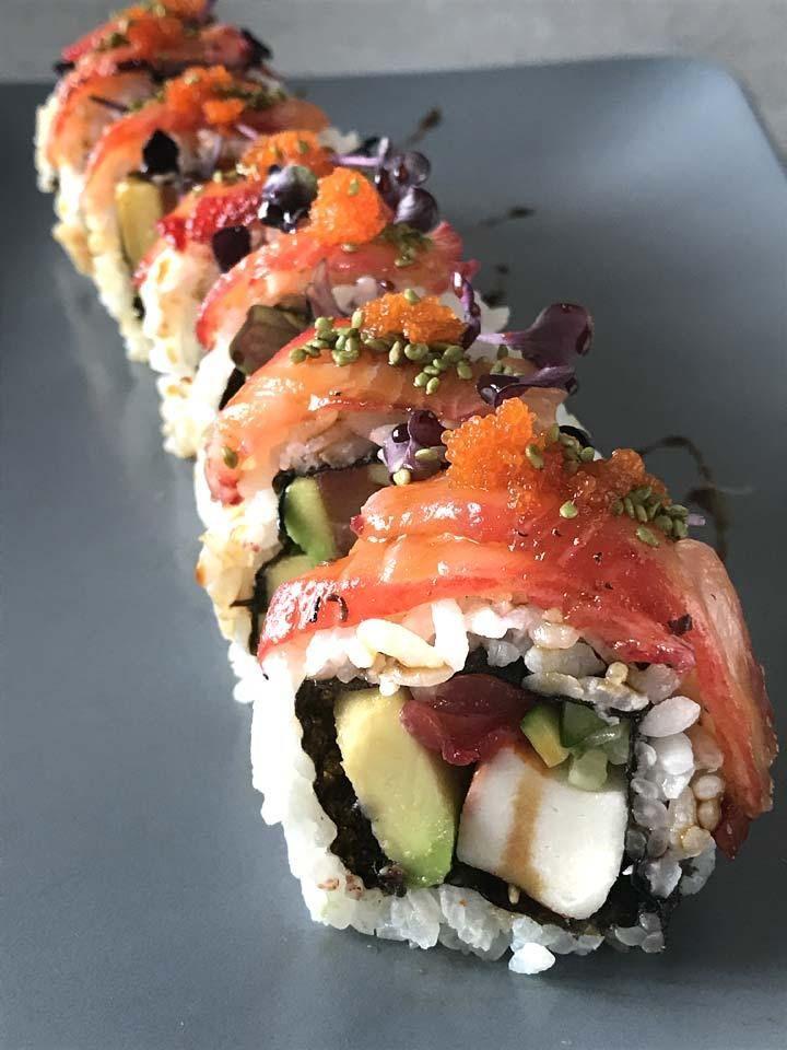 California Rolls mit Avocado und Lachs sind ein leckers japanisch-amerikanisches Fushiongericht und ganz einfach in der Zubreitung.