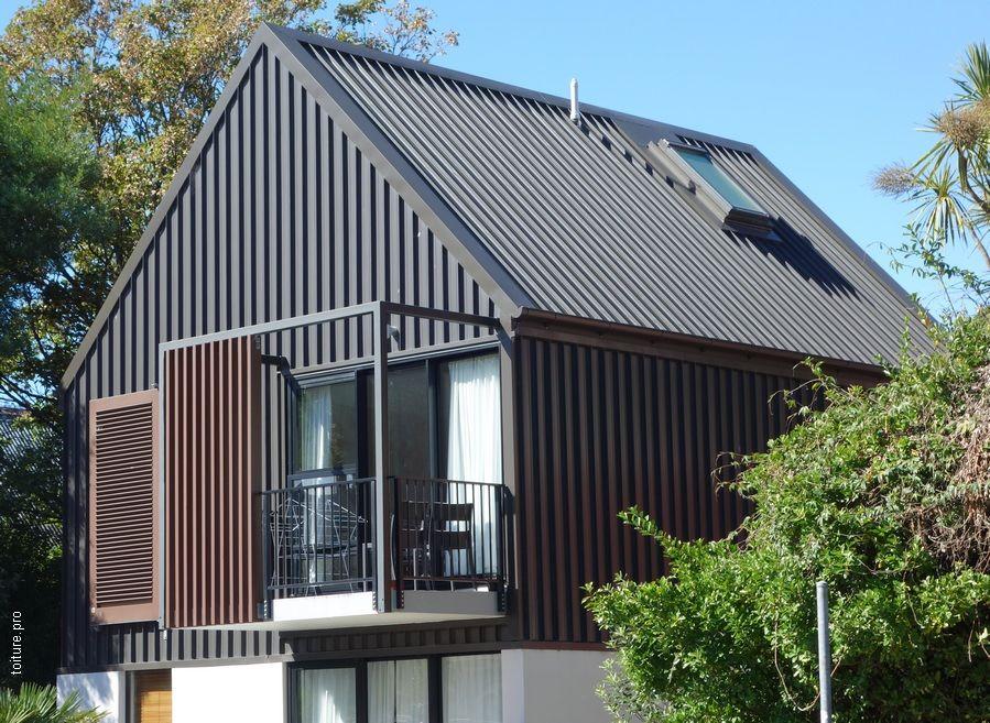 Toiture en bac acier sur une maison individuelle avec une fenêtre de toit. | Toit bac acier ...