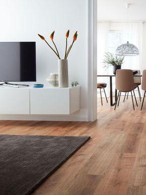 Helles Wohnzimmer Und Brauner Designboden Abgerundet Mit Dunklem Teppich  #vinylboden #modern #livingroom