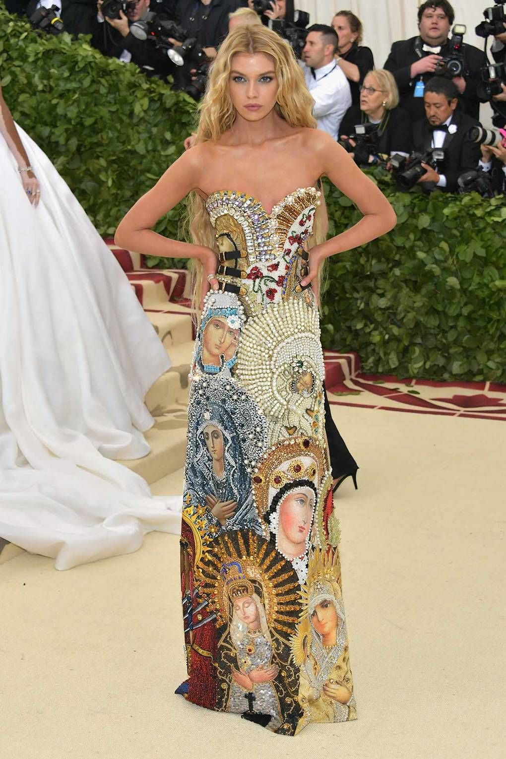 Stella Maxwell Wearing Moschino At The Met Ball In